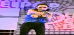 Laura Miller : La cantante va fuori di seno in diretta tv - Video