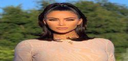 Che grande invenzione Photoshop! Kim Kardashian ha sei dita nel piede