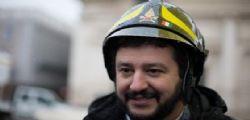 Bloccate questo uso improprio della divisa! Il sindacato pro-migranti dei pompieri denuncia Salvini