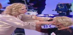 Togliti le ciglia! A Uomini e Donne Tina Cipollari colpisce Gemma in un occhio