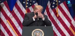 Il Presidente Donald Trump beve usando due mani : è malato?