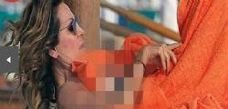 Daniela Santanchè hot al mare: toppless a seno scoperto durante un massaggio - Foto