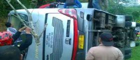 Indonesia, autobus con a bordo 50 turisti precipita da una collina: Morte 27 persone