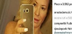 Anastacia : Selfie nuda su instagram contro il tumore al seno
