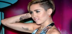 Miley Cyrus hot : doccia e poi senza veli!