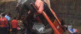 Mumbai, autobus urta due auto e finisce in una scarpata: 17 morti e 35 feriti