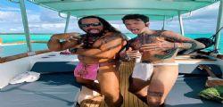 Ammazza! Fedez in barca con la Ferragni sfoggia il tanga polinesiano