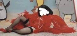 Il travestimento choc! Bambina vestita da prostituta a Carnevale
