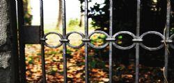 Una morte atroce! 18enne impiccata dal cancello