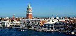 Turisti senza pudore! Fanno bagno nudi a Venezia, scatta la maxi multa