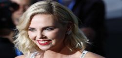 Charlize Theron in reggiseno alla premiere di Atomic Blonde
