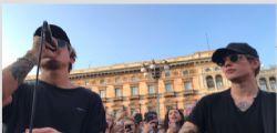 Milano canta Benji & Fede: il mini live improvvisato in piazza Duomo