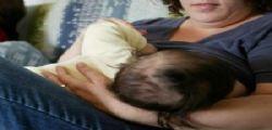 L'ha assunta mentre allattava al seno della mamma! Hashish e cocaina ad una bimba di 9 mesi