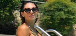 Anna Tatangelo e la foto su Instagram, ma da sotto il costume il dettaglio bollente