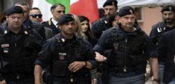 Buffona, vergognati! Raggi insultata durante la visita alla famiglia rom