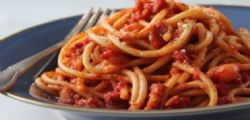Studentesse americane cucinano un piatto di pasta senza l
