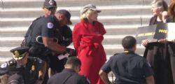 Le immagini di Jane Fonda arrestata a Washington: protestava contro il cambiamento climatico