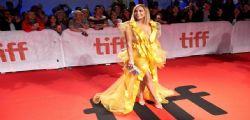 Jennifer Lopez sexy in giallo alla premiere del suo film Hustlers