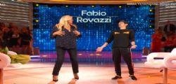 Ballano tutte! Fabio Rovazzi fa ballare Mara Venier che rischia l