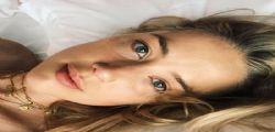 Sotto non ha niente! La foto in topless di Amber Heard manda in tilt i fan