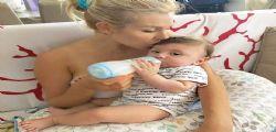 Paola Caruso nuda nella vasca con il figlio... ma piovono critiche