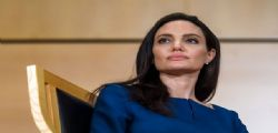 Angelina Jolie ha la paralisi di Bell : Adesso faccio la casalinga e piango sotto la doccia