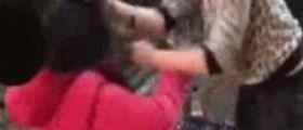 Genova, picchiano una 12enne e diffondono video su WhatsApp : Bulle di 16/17 anni denunciate
