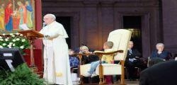 Papa Francesco e il bambino sul Palco