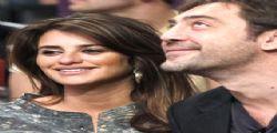 Penelope Cruz e Javier Bardem lasciano la clinica sfuggendo alla stampa