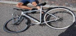 Travolto in bicicletta da una vettura in corsa! Paolo muore a soli 12 anni
