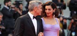 George Clooney e sua moglie Amal donano 500mila dollari alla marcia contro le armi