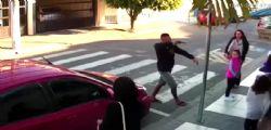 Brasile : 21enne con la pistola davanti alla scuola, la mamma poliziotta gli spara - Video