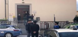 Foligno, padre barricato in una scuola : Sostiene di essere armato