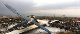 Nepal/ Bombardier Dash Q-400 si schianta su un campo da calcio : A bordo 71 passeggeri