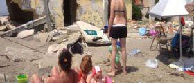 Bagnara, il paese fantasma mangiato dal mare : In centinaia a fare il bagno tra sabbia e ruderi