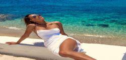 Alessandra Ambrosio e il selfie in toples... è da urlo