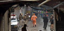 Incendio in fabbrica a New Delhi, una strage: almeno 43 morti