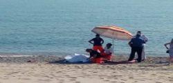 Si accascia mentre passeggia sulla spiaggia e muore davanti ai bagnanti