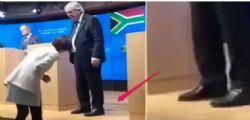Possibile! Juncker si presenta con una scarpa marrone e una nera