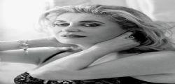 Catherine Deneuve in sexy pizzo e tacchi alti a 70 anni!