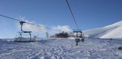 Bimbo di 5 anni cade dalla seggiovia e precipita sulla pista da sci