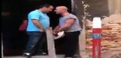Beccati una testata! Il video del turista che aggredisce il gondoliere per un selfie