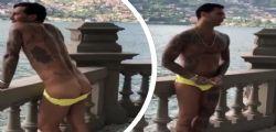 Fabrizio Corona hot si abbassa gli slip e mostra il lato B in strada