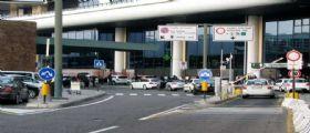 Milano, rientro da incubo per una mamma blogger : Aggredita davanti alle figlie a Malpensa