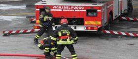Maddaloni, Caserta : Una ragazzina sale sul cornicione di un palazzo, salvata dai pompieri