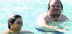 Che topless! Zucchero in vacanza a Formentera con la compagna
