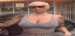 Amber Rose esplosiva in giro senza reggiseno