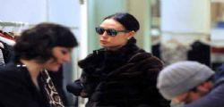 Nicole Minetti e lo shopping per le vie di Milano