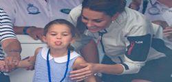 La Principessa Charlotte fa la linguaccia alla regata benefica