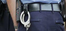 Poliziotto di 28 anni preso a pugni e sputi da banda di romeni
